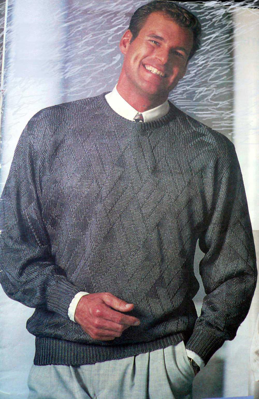 Вязаный спицами пуловер для