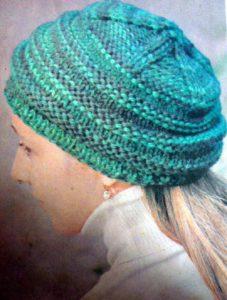 женская шапка спицами с поперечными полосами