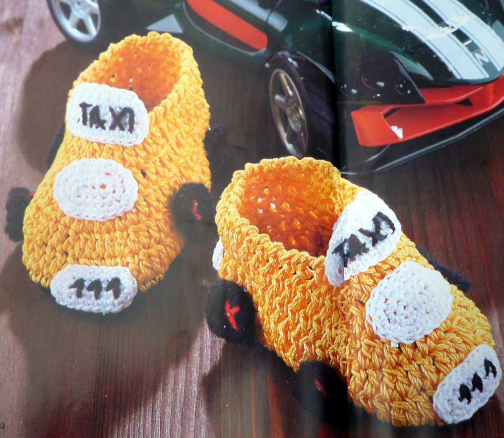 Для маленького мальчика можно связать крючком носочки в виде автомобиля. В тапочках-машинках с вязанными колесами и