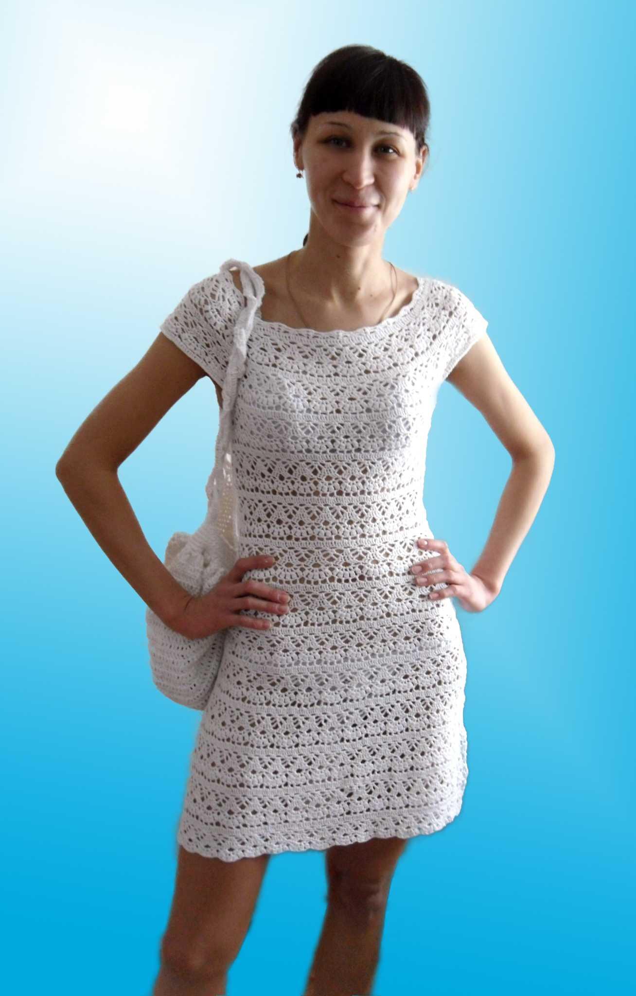 Летнее вязанное платье крючком с круглой кокеткой.