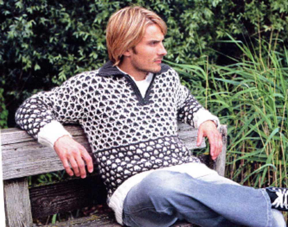 Мужской пуловер вязаный спицами  с двух цветным узором из кос