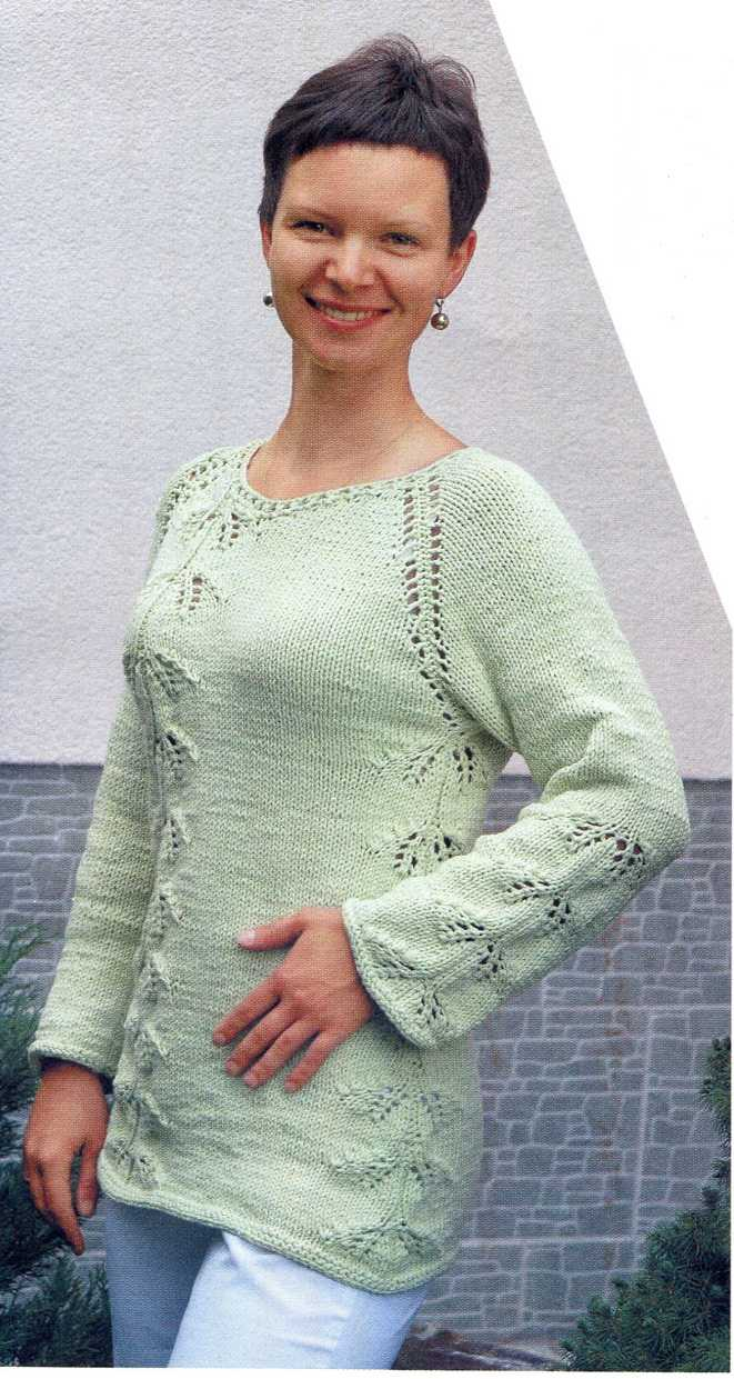 Пуловер с узором листики вязаный спицами