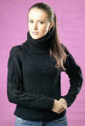 Чёрный свитер с косами вязаный спицами