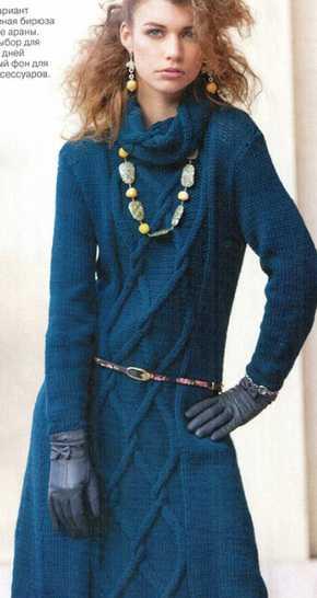 Платье вязаное спицами с рисунком из кос