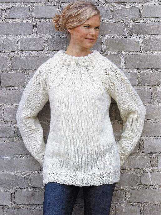 Женский пуловер вязаный спицами с круглой кокеткой