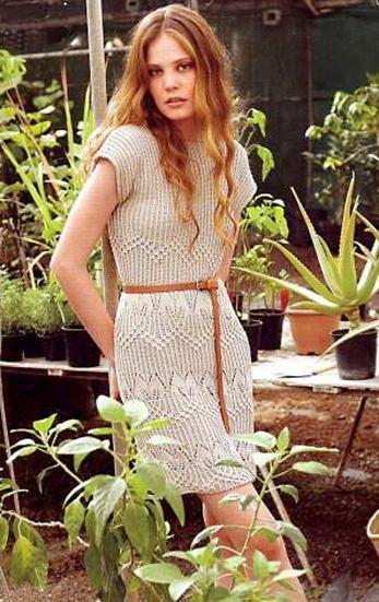 Бежевое платье вязаное спицами