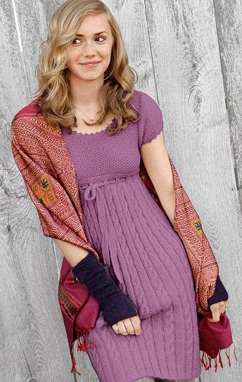 Вязаное спицами платье с коротким рукавом