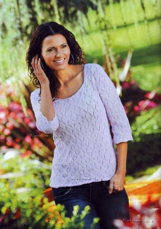 Женский пуловер ажурным узором вязаный спицами