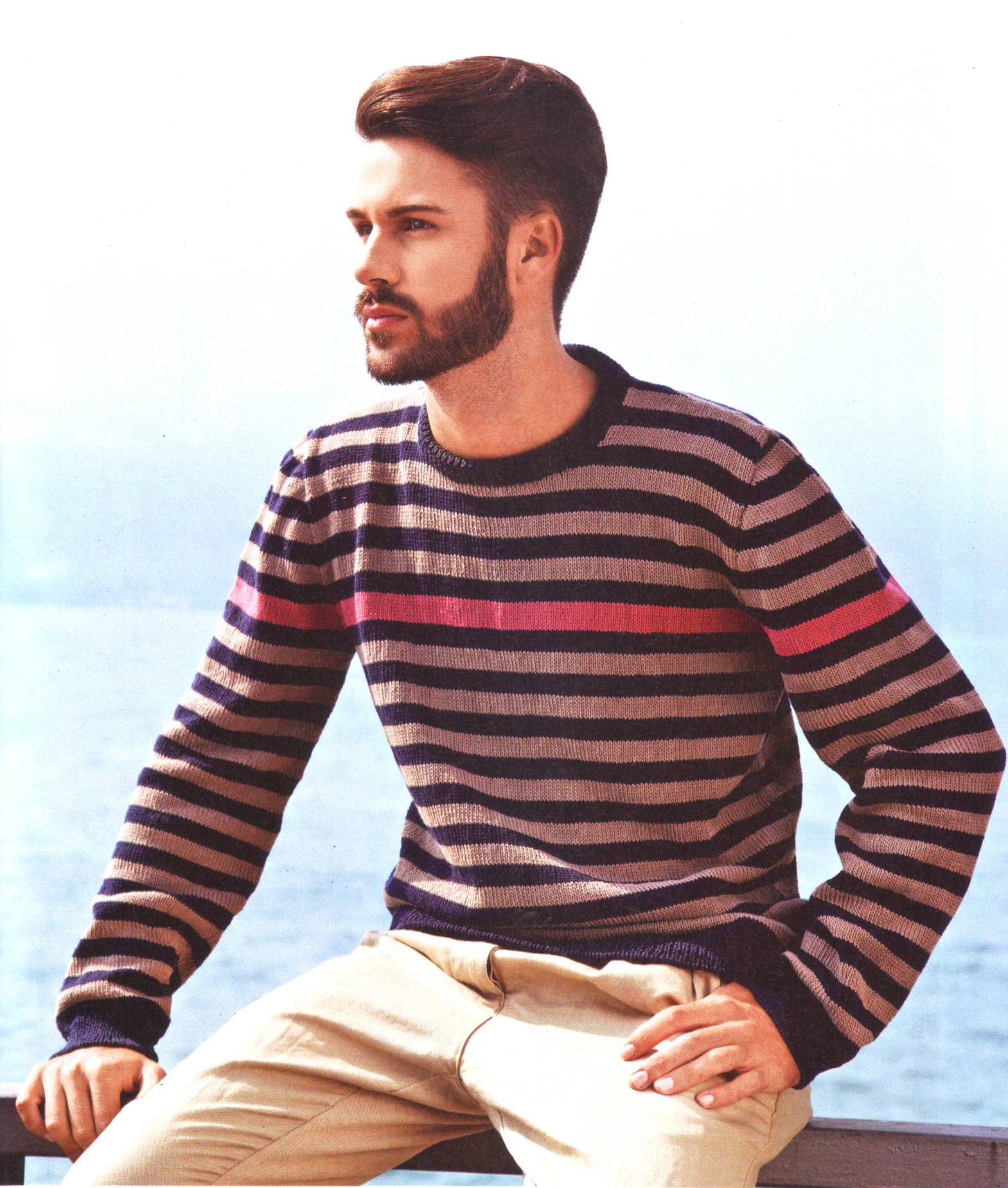 Мужской пуловер в полоску вязаный спицами.