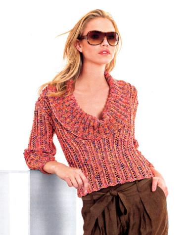Пуловер с глубоким вырезом вязаный спицами