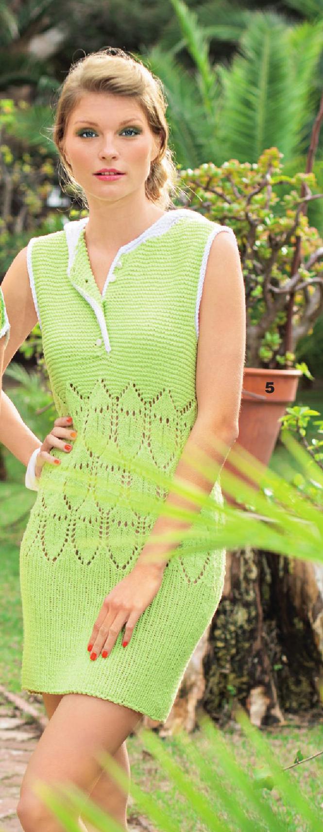 Платье с капюшоном вязаное спицами