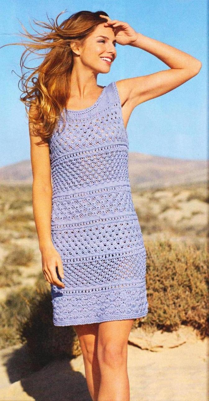 Голубое платье вязаное спицами