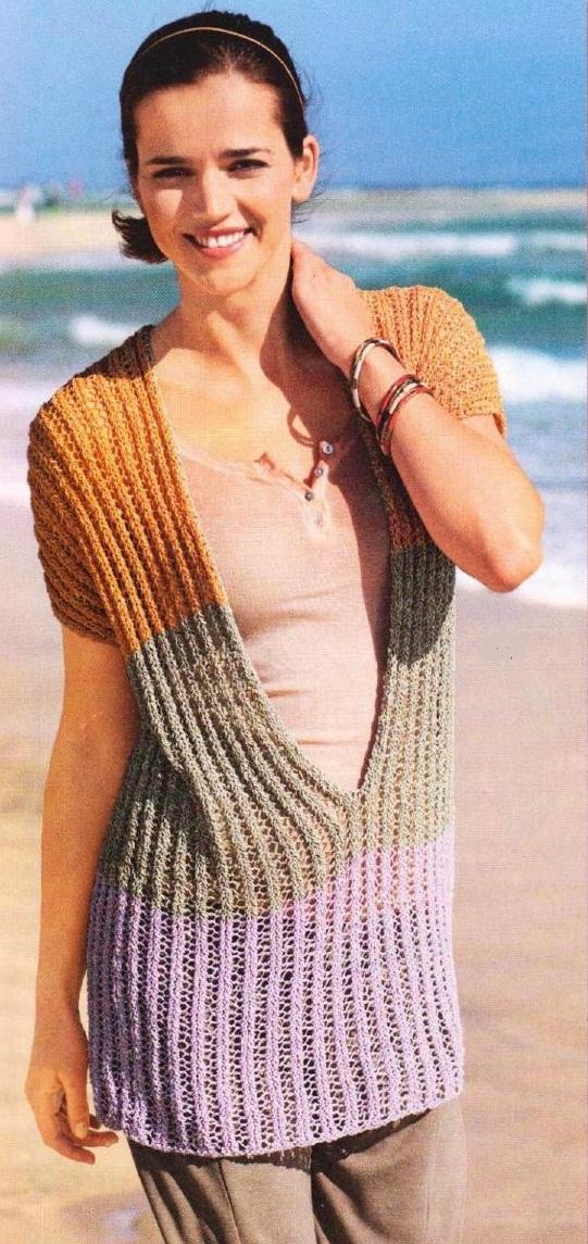 Пуловер с глубоким V-образным вырезом вязаный спицами.