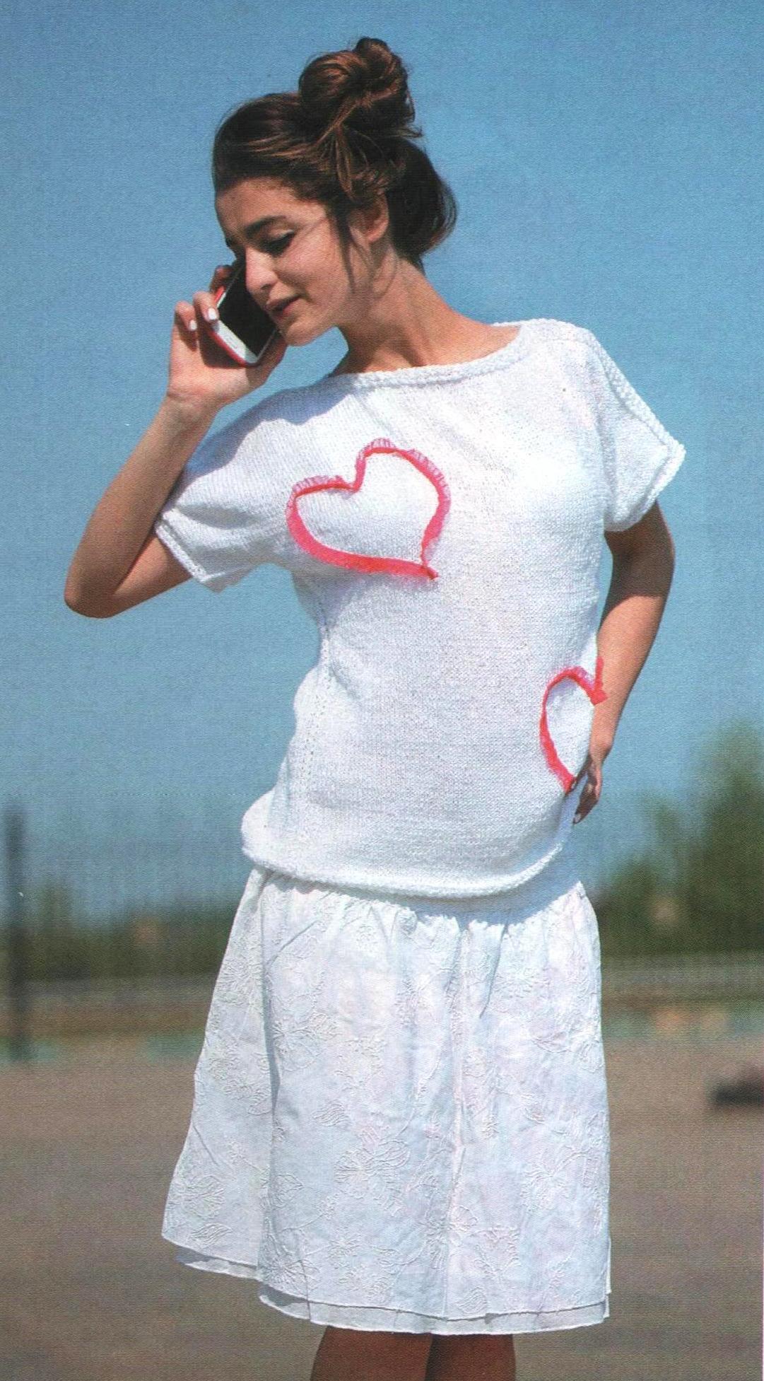 Пуловер с сердечками вязаный спицами