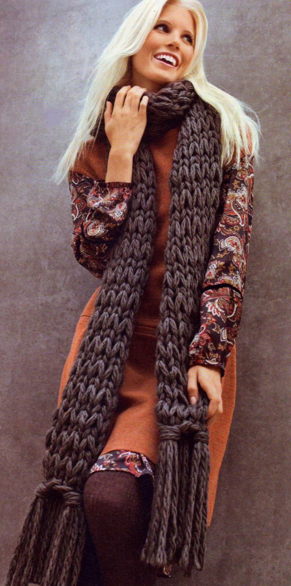Серый шарф вязаный спицами