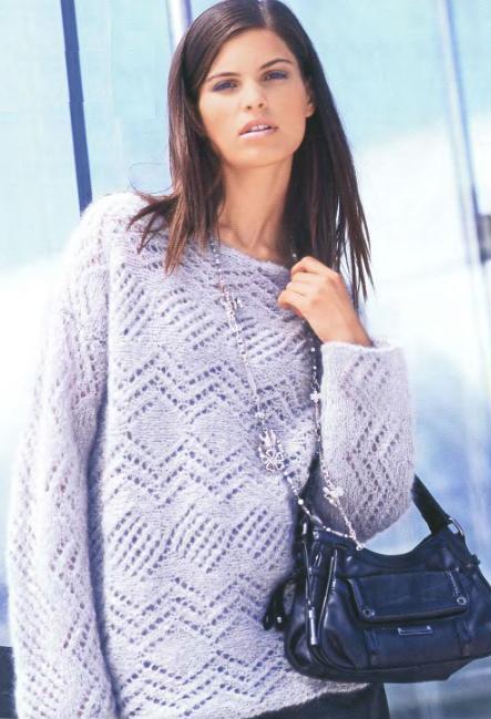 Ажурный пуловер из мохера вязаный спицами