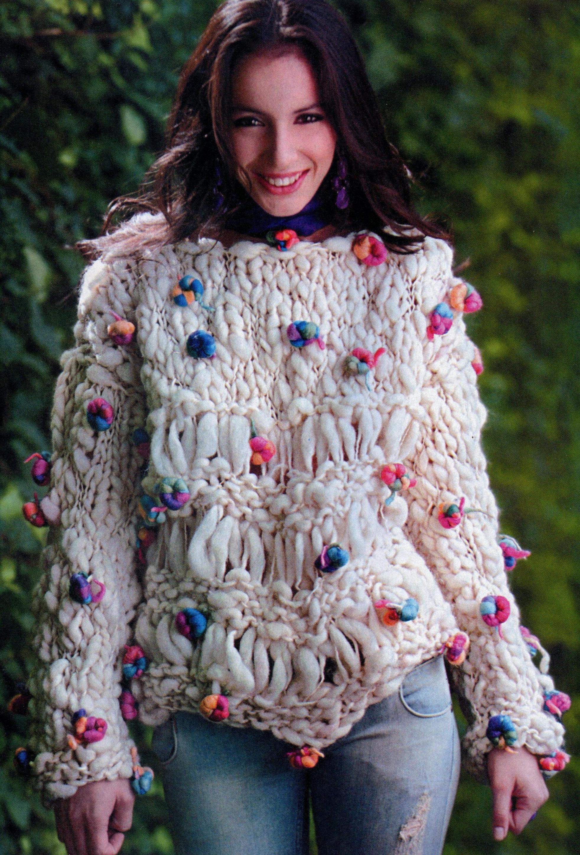 Пуловер из пряжи с узелками вязаный спицами