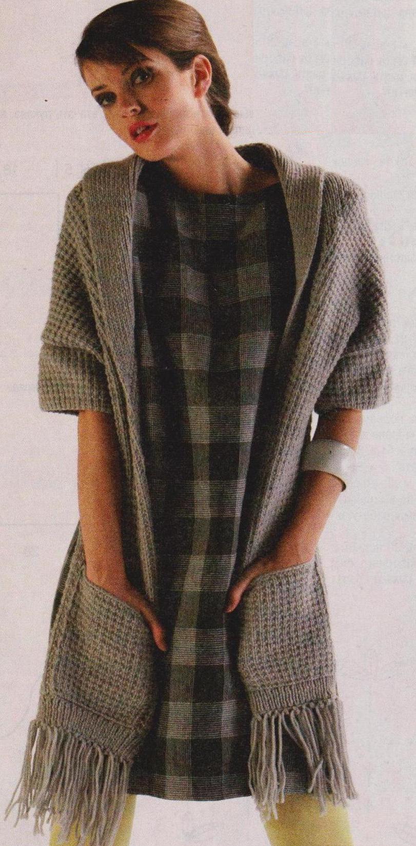Удлиненный жакет с карманами и бахромой вязаный  спицами