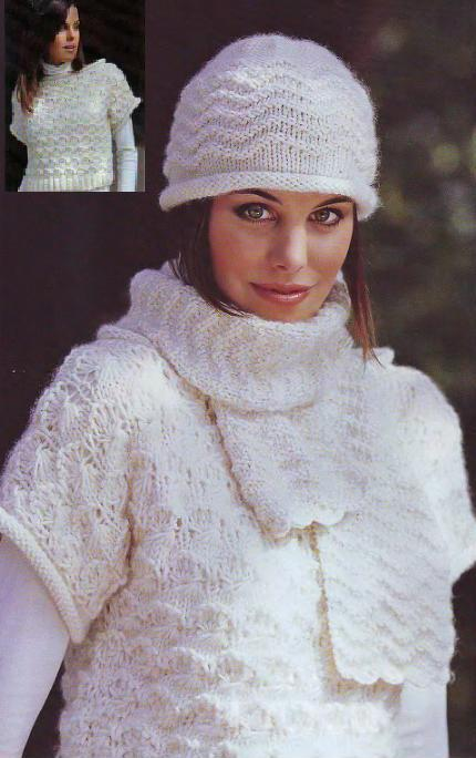 Комплект из короткого пуловера шапочки и шарфа вязаный спицами