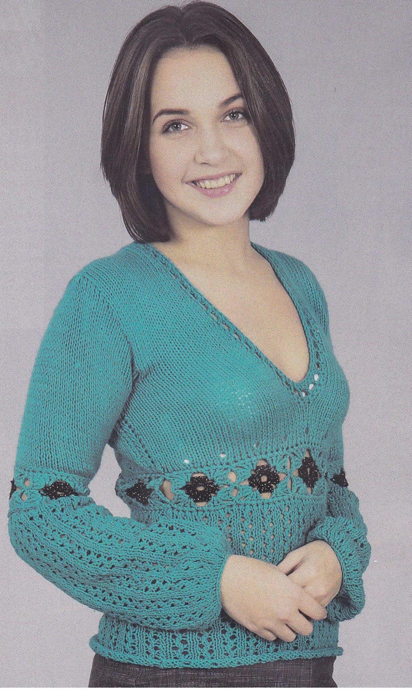 Пуловер с ажурной отделкой вязаный спицами
