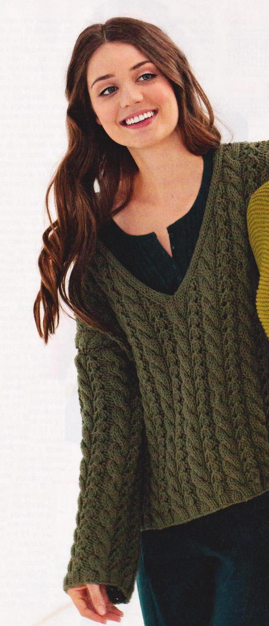 Пуловер с узором косами вязаный спицами