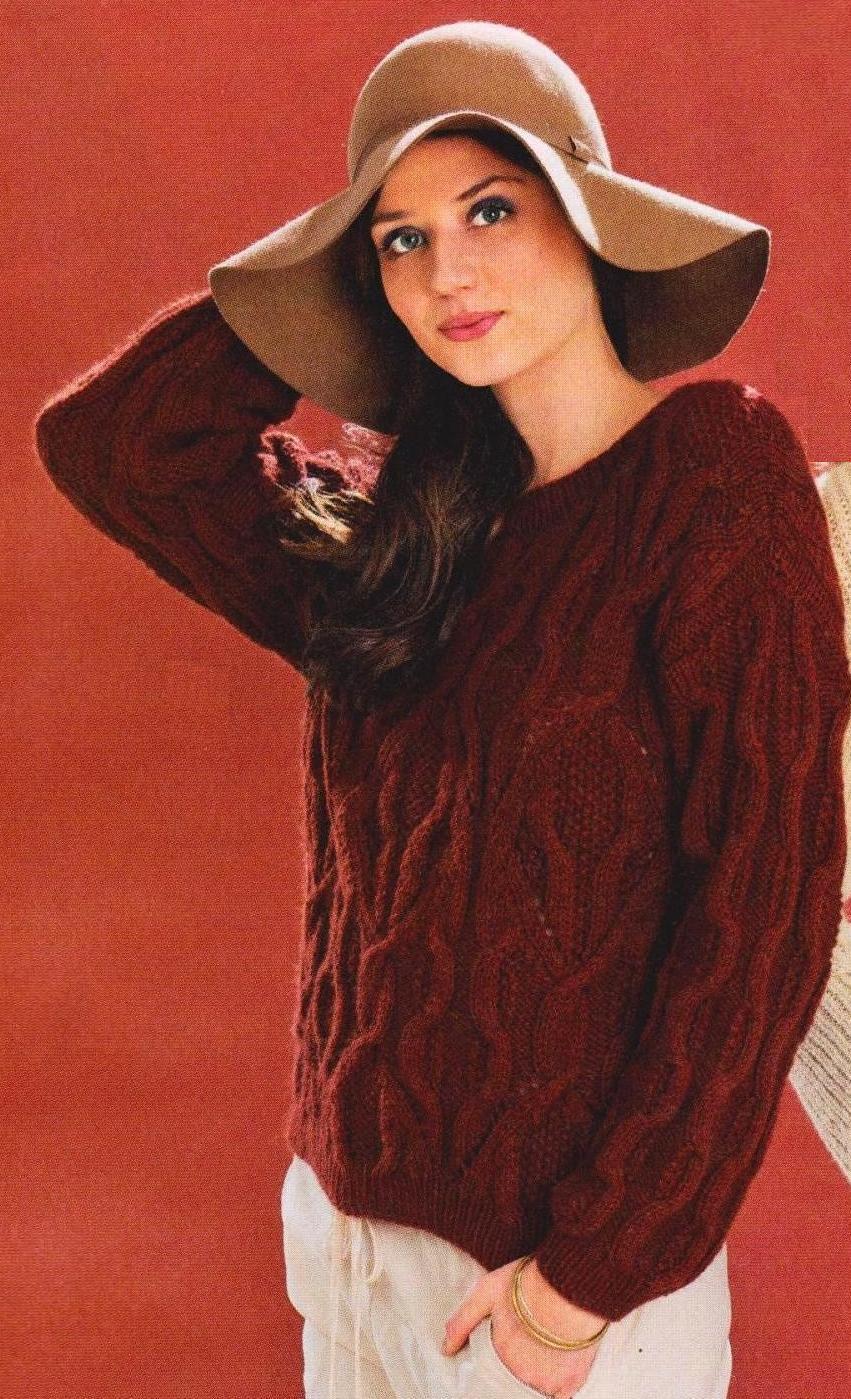Теплый свитер с рельефными узорами вязаный спицами