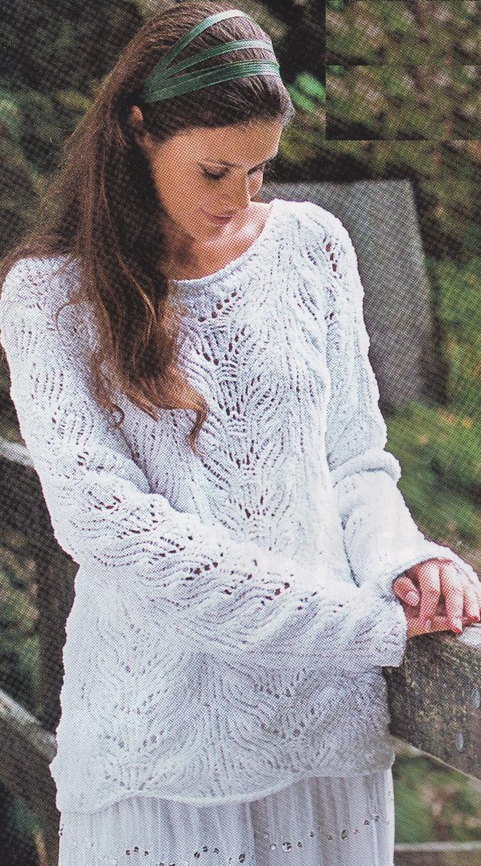 Объемный пуловер с ажурным узором вязаный спицами