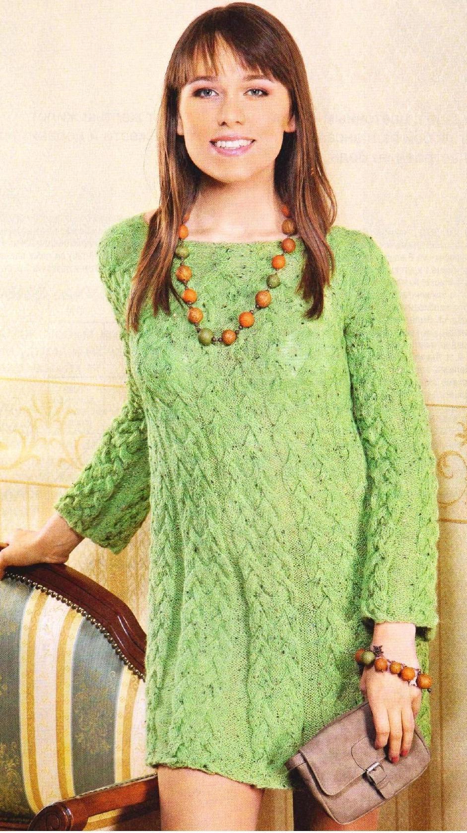Платье с узором из кос вязаное спицами