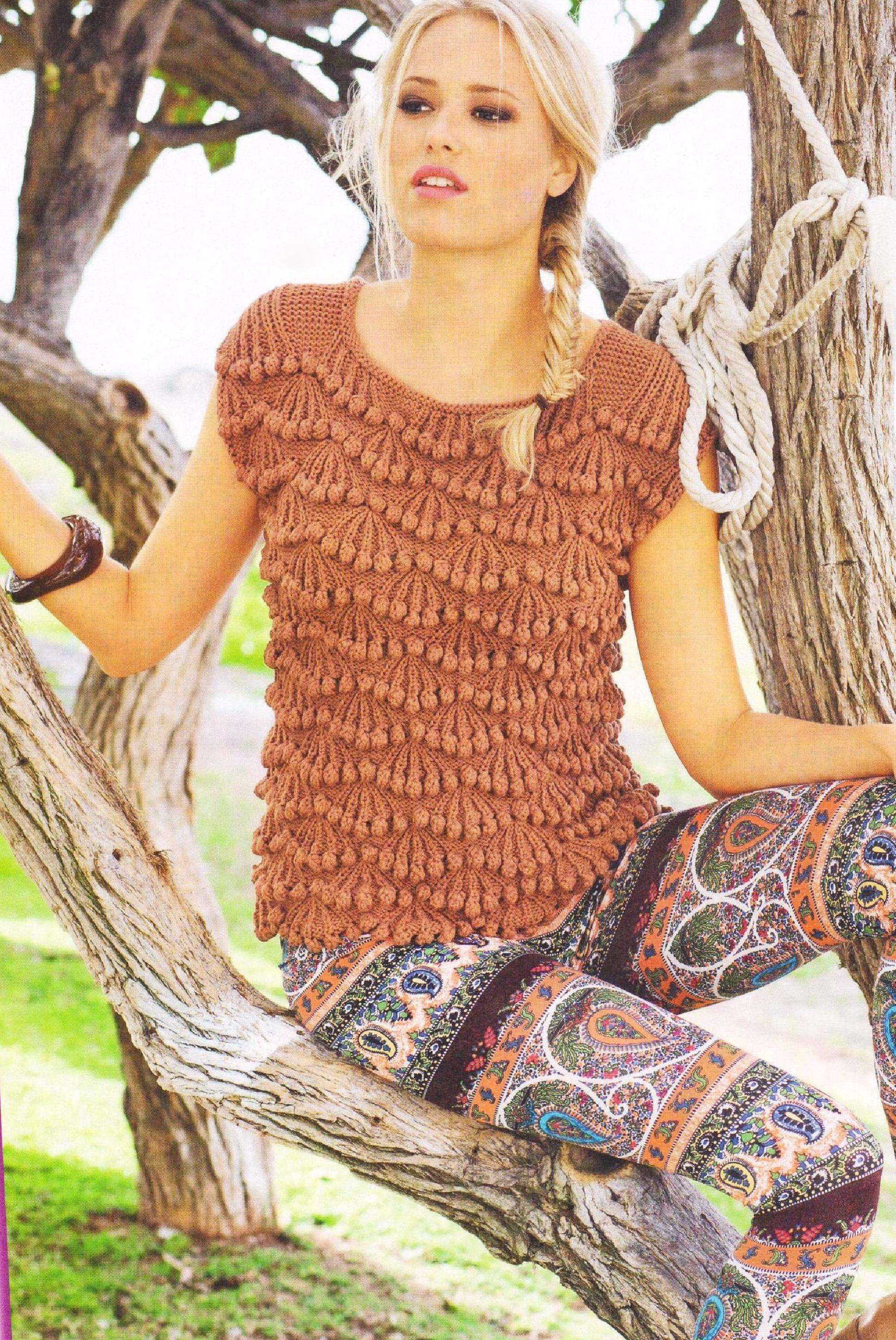 Пуловер с шишечками вязаный спицами