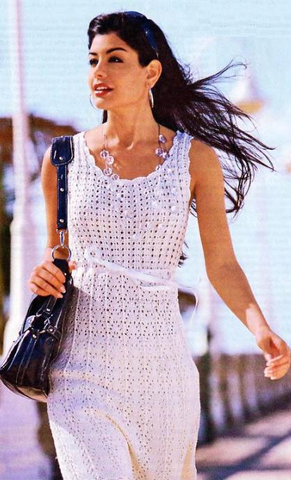 Вязаное спицами белое летнее платье