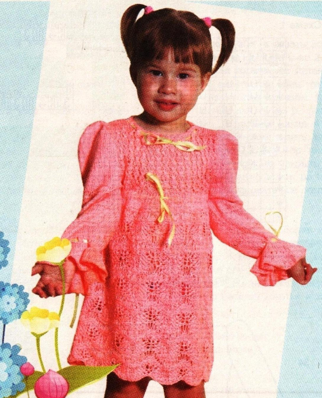 Вязаное спицами нарядное детское платье