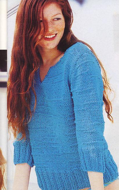 Вязаный спицами пуловер с защипами