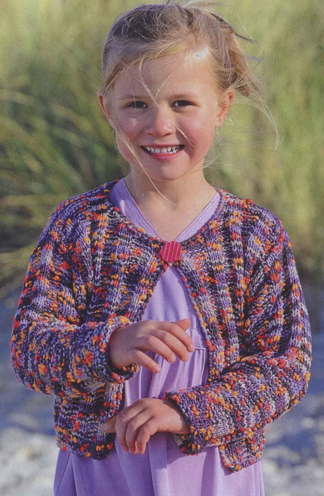 Вязаный спицами жакет из ленточной пряжи для девочки