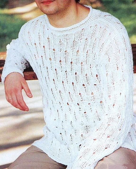 Белый мужской пуловер спицами