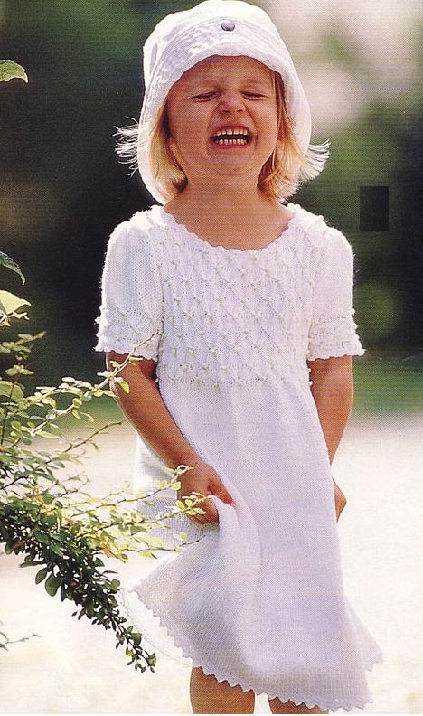 Платьице для девочки с вышивкой буфы вязаное спицами