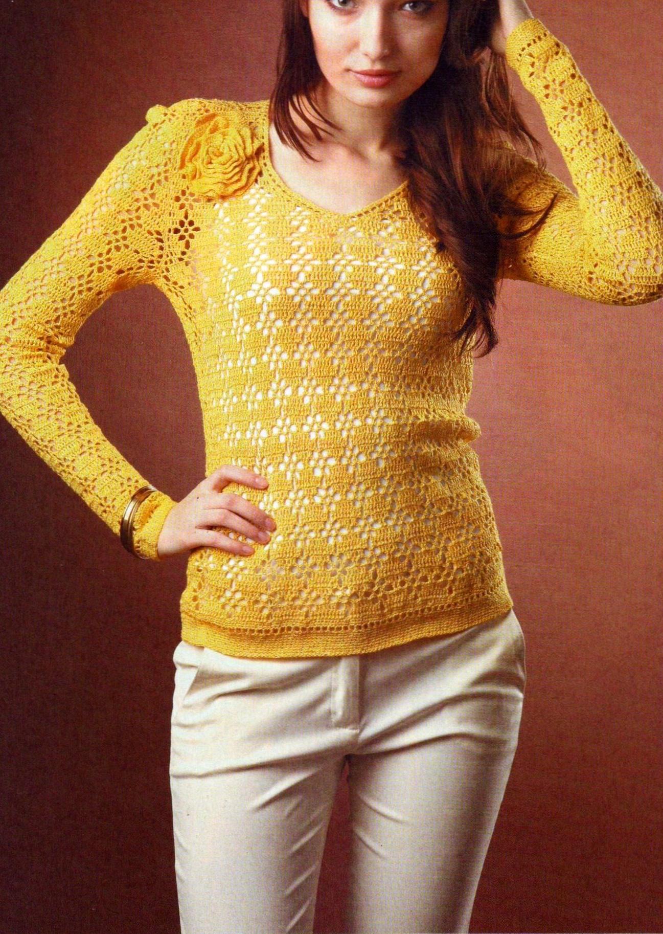 Пуловер с цветком вязаный крючком