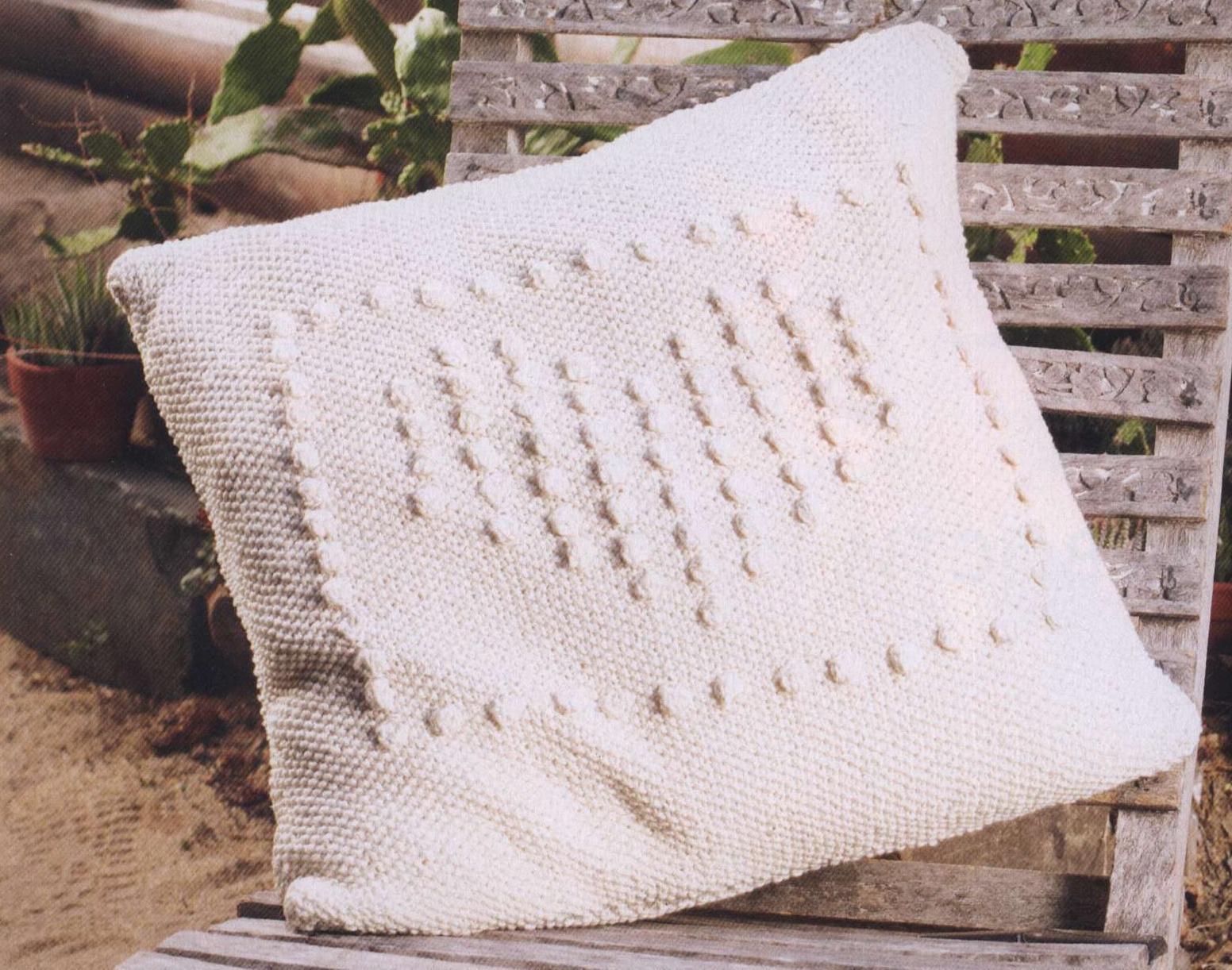 Связанная спицами подушка с сердечком