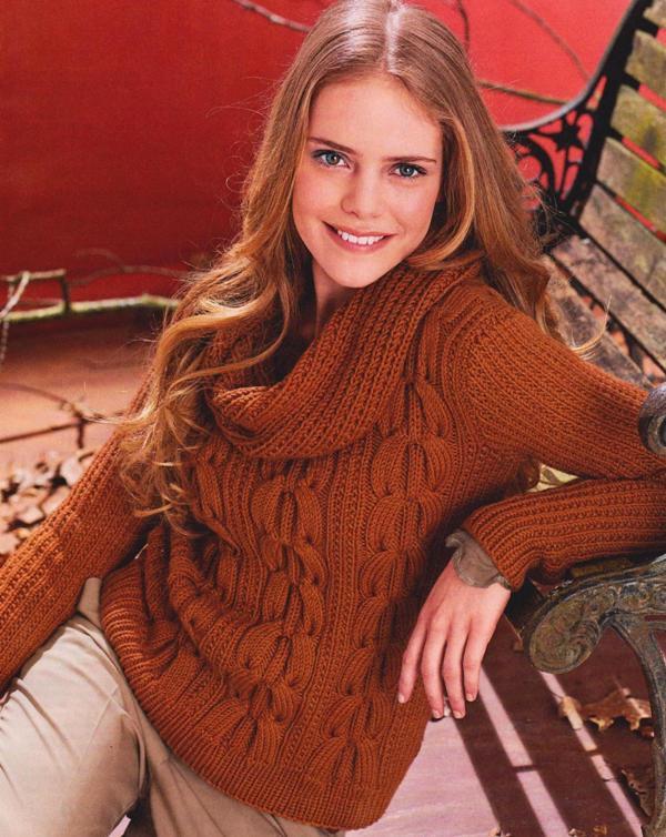 Теплый свитер с воротником-хомутом вязаный спицами