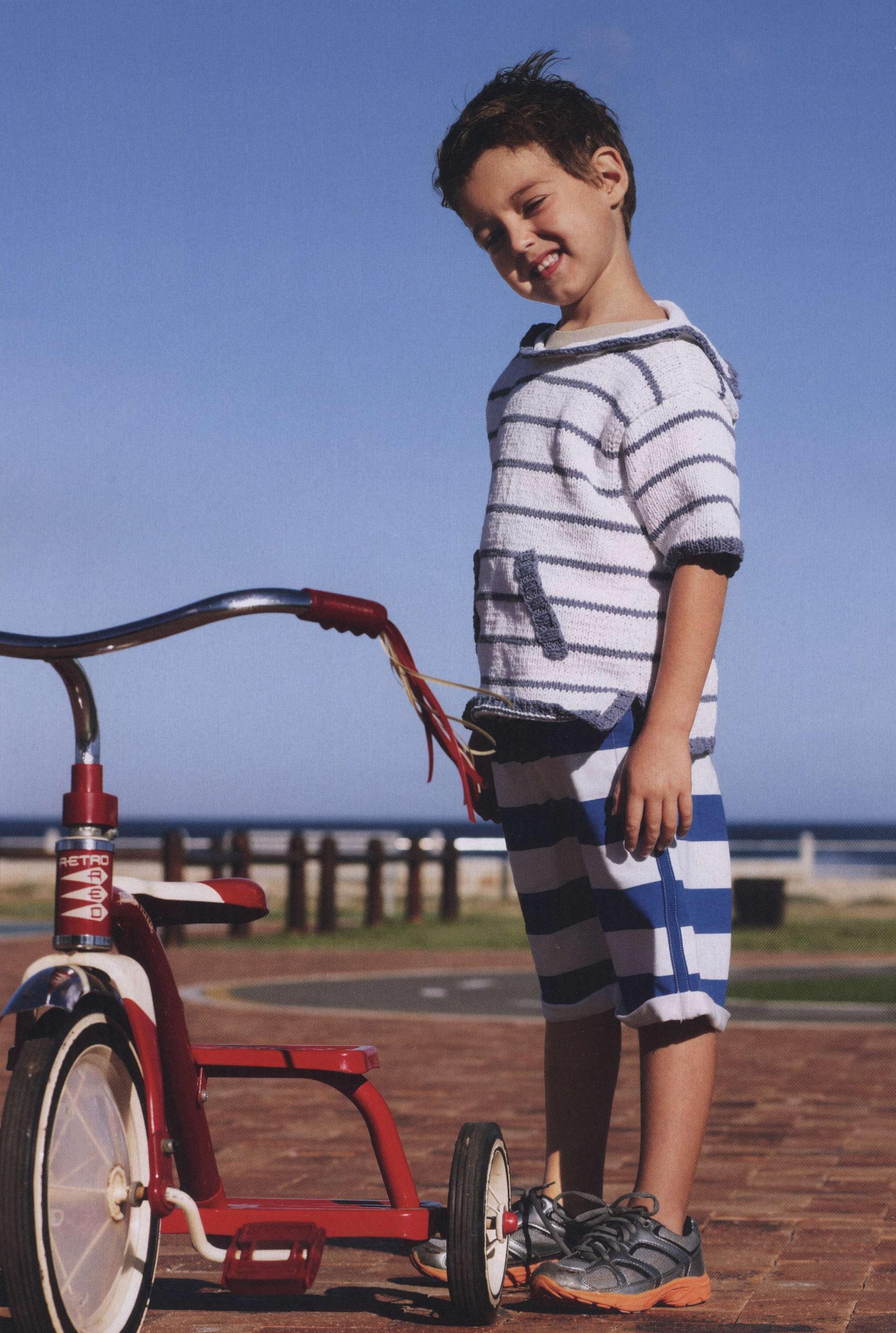 Вязаный спицами полосатый пуловер на мальчика