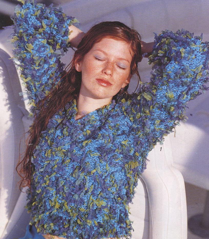 Пуловер из ленточной пряжи и пряжи с бахромой
