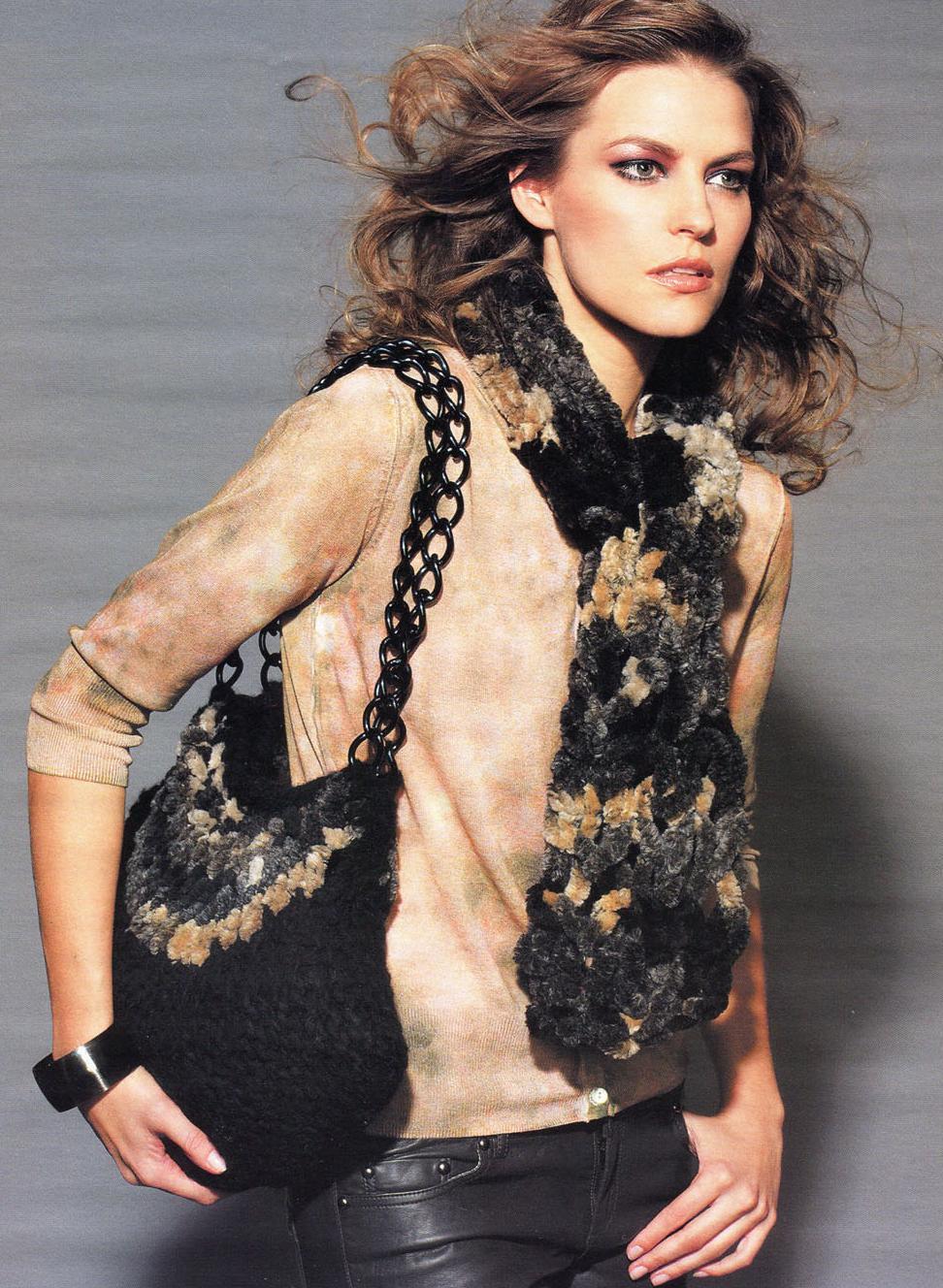 Вязаный спицами комлект из сумочки и шарфа