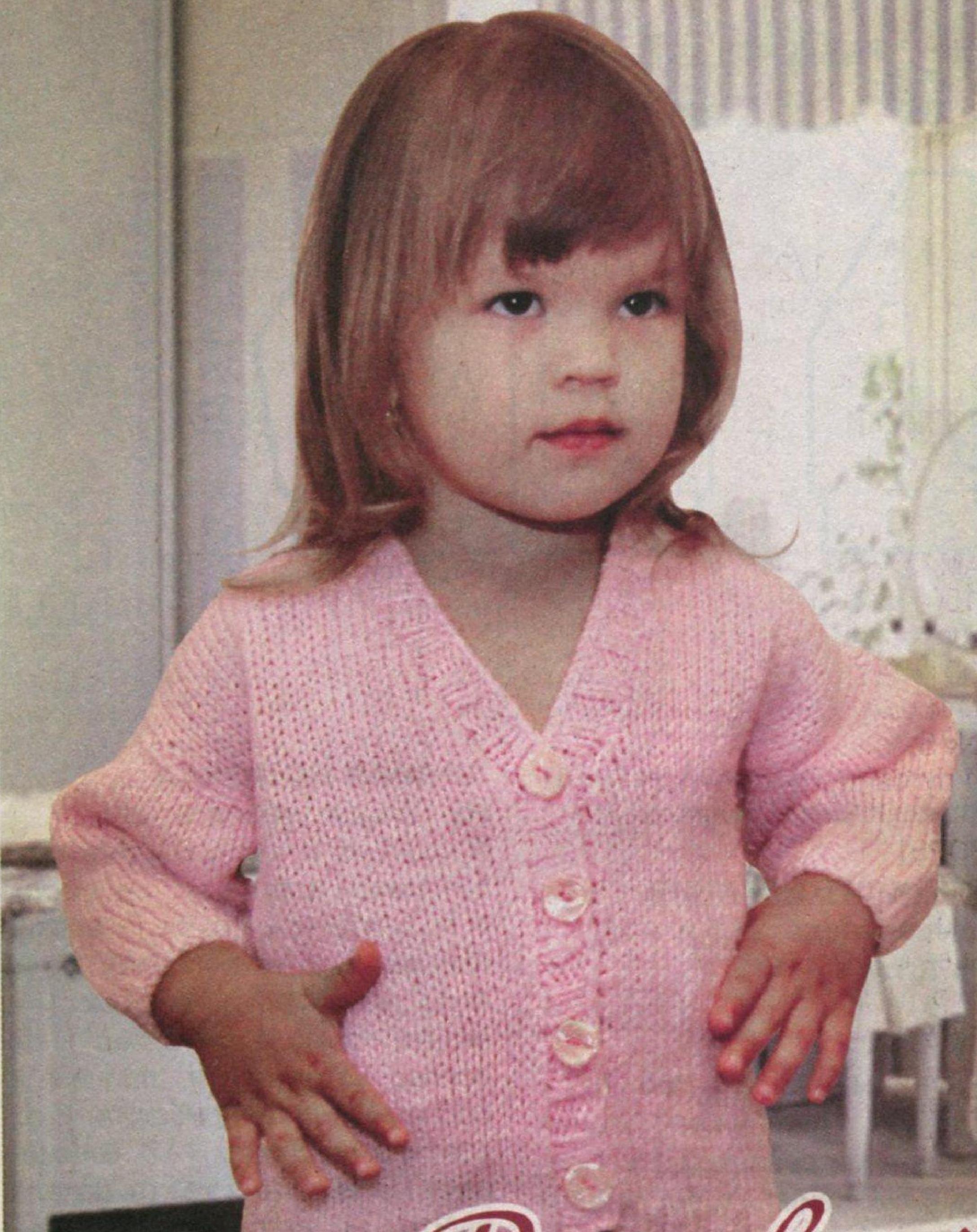 Нежно-розовый жакет на девочку вязаный спицами