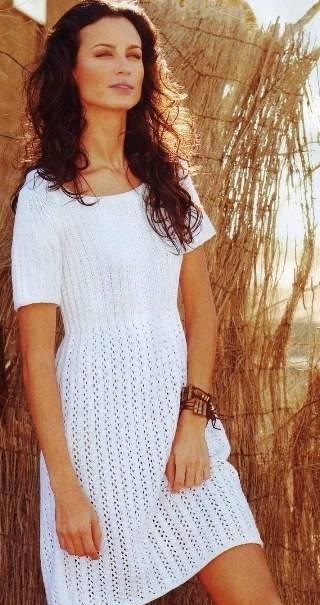 Белое платье с косами связано спицами 5... Среди рукодельниц, особенно популярно вязание спицами шапочек, кофточек