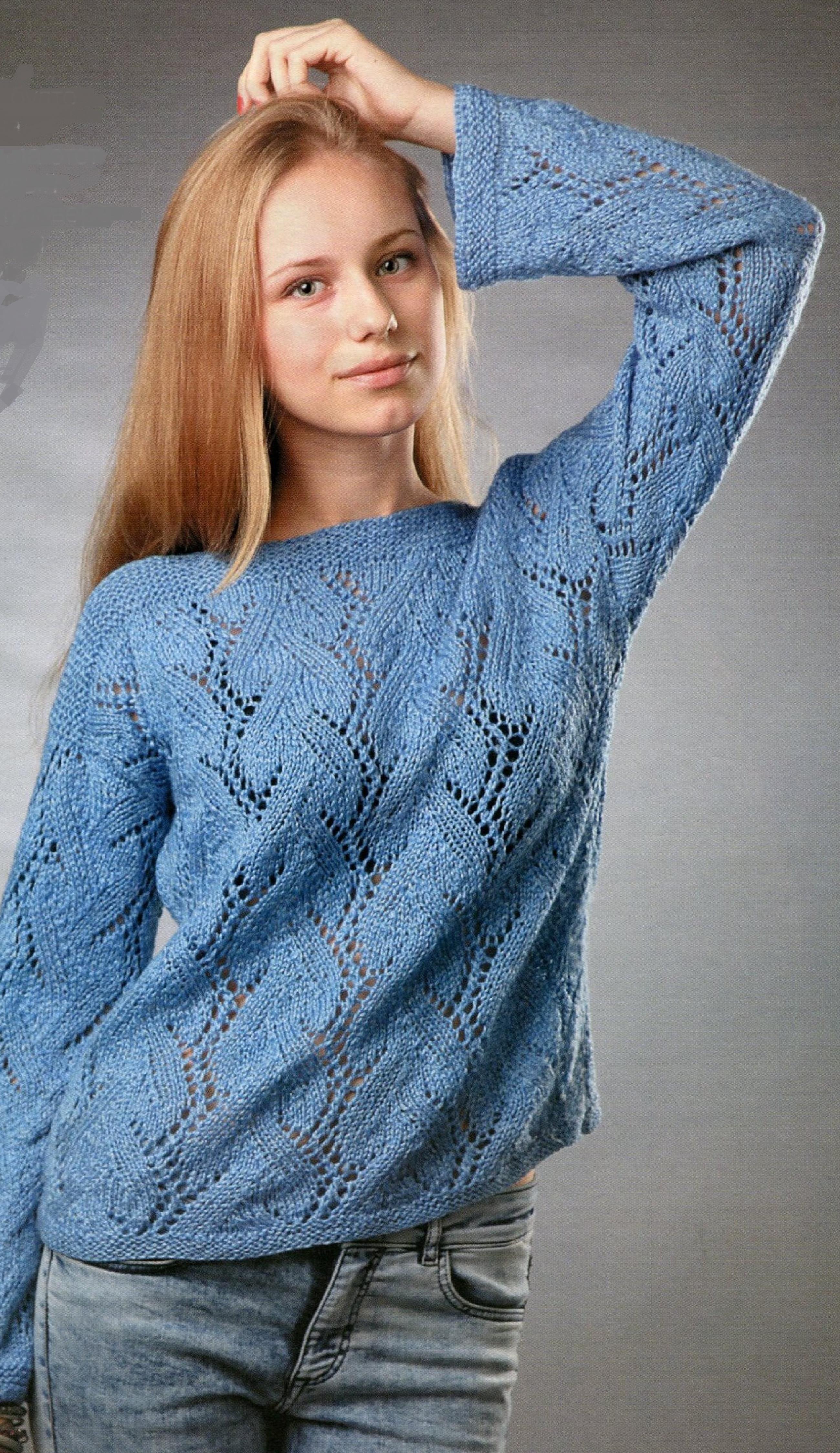 Голубой пуловер вязаный спицами