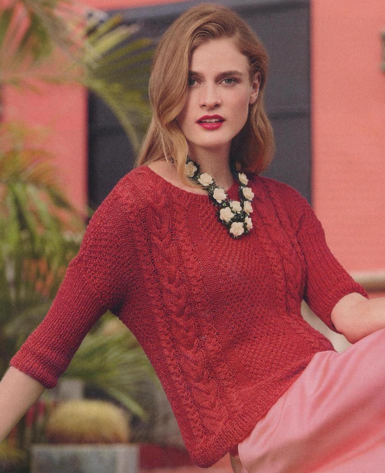 Яркий пуловер с вертикальными полосками