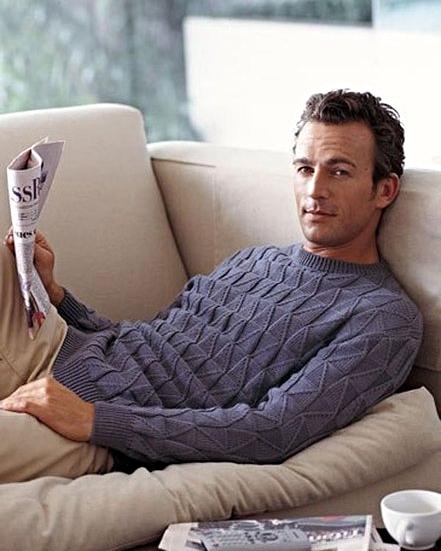 Мужской пуловер темно-серого цвета