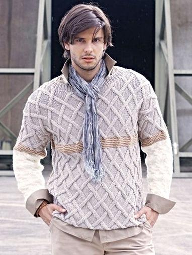 Мужской пуловер вязаный рельефным узором спицами