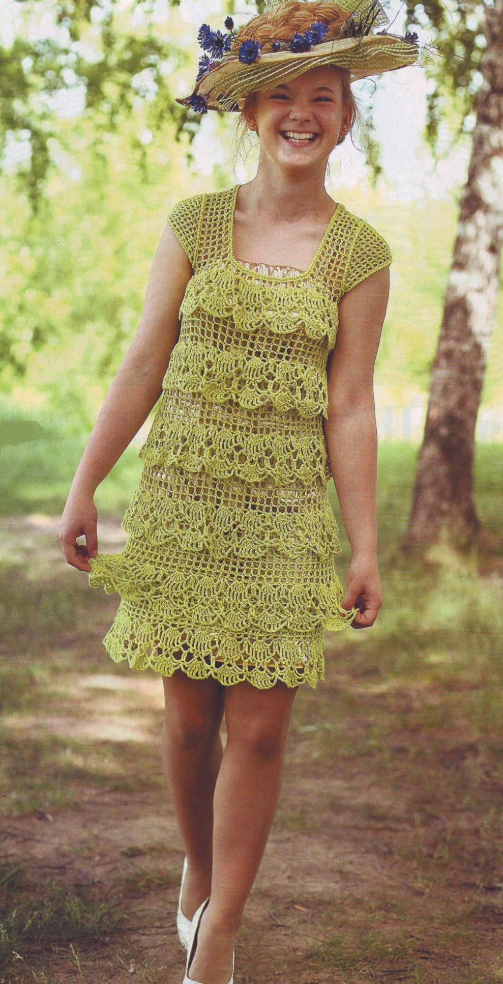 Салатовое платье с оборками крючком