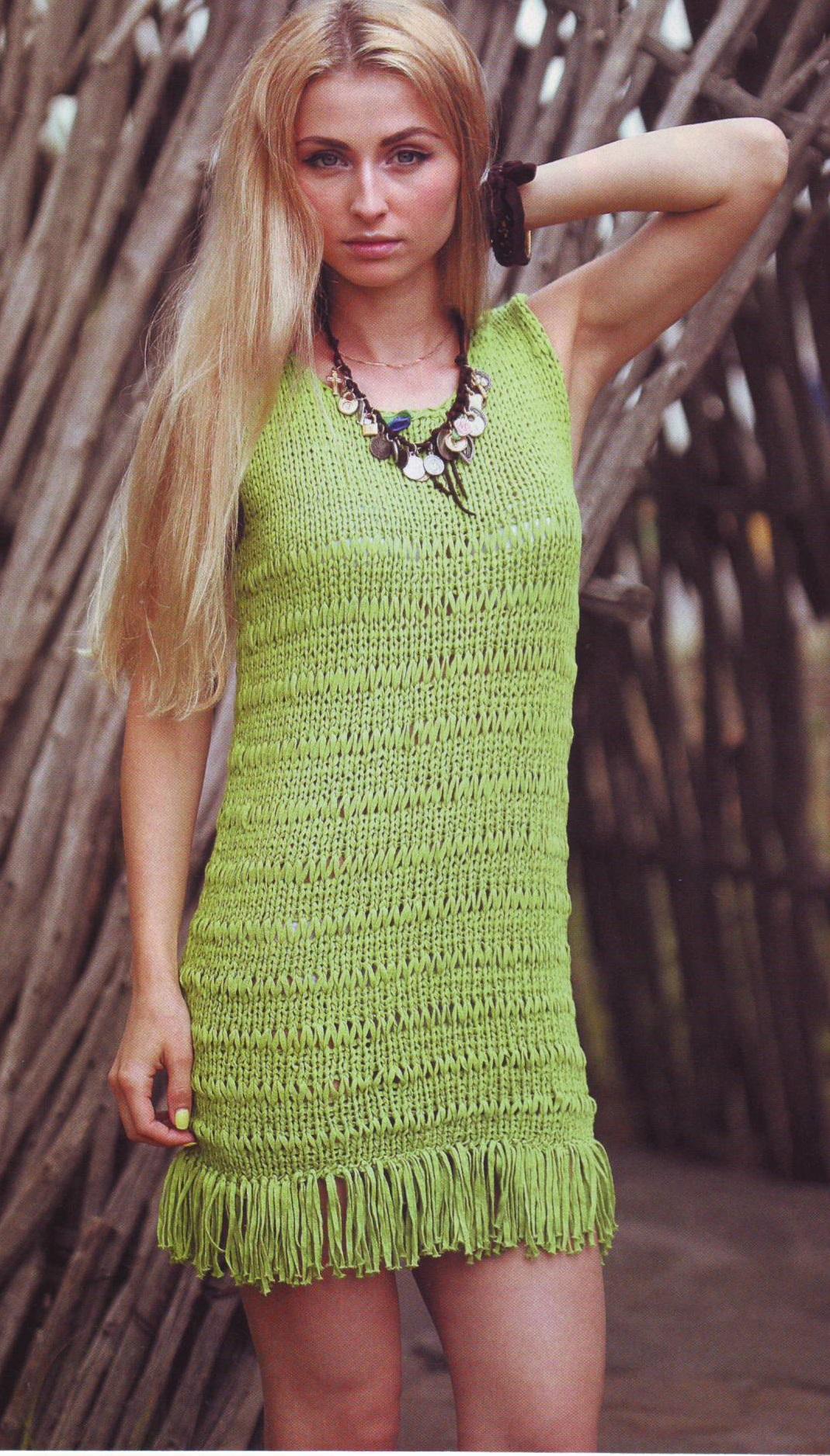 Зелёное платье с бахромой спицами