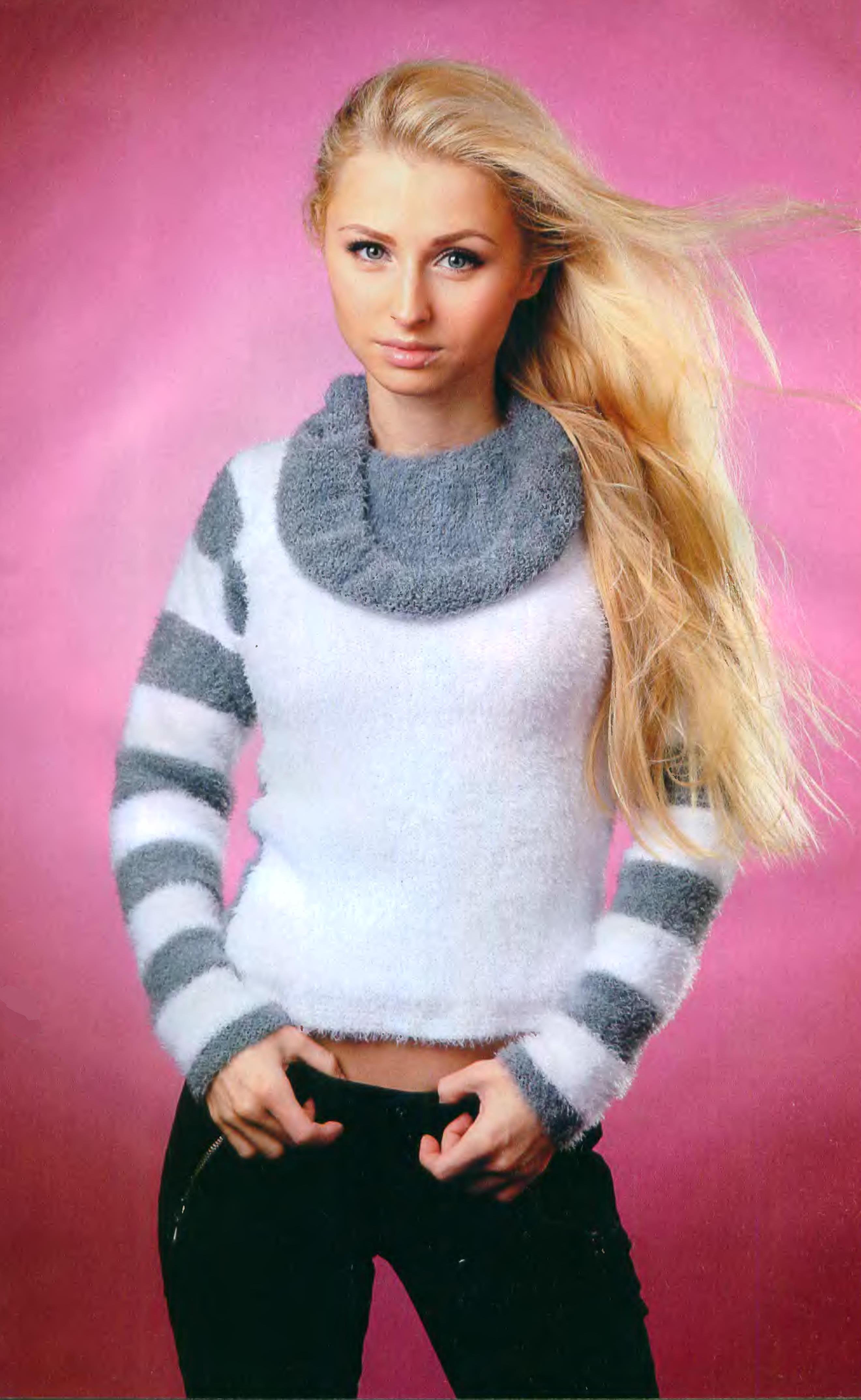 Бело - серый пуловер вязаный спицами